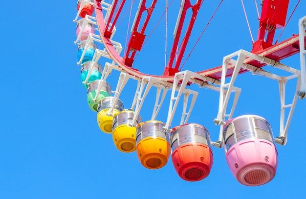 Het kleurrijke grote reuzenrad in odaiba, tokyo, japan. Premium Foto