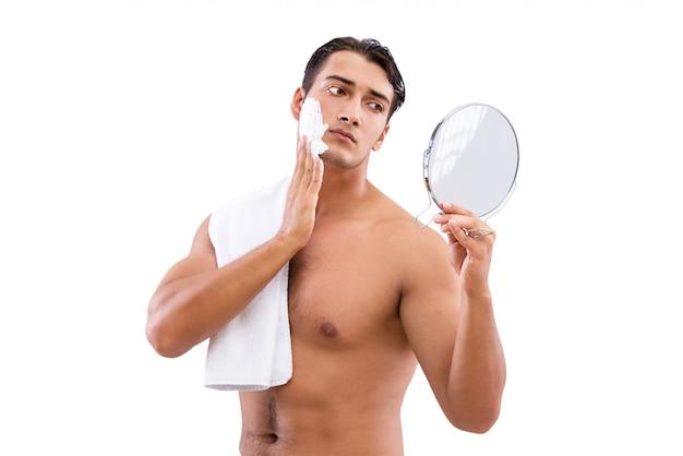 Het knappe mens scheren geïsoleerd op wit Premium Foto