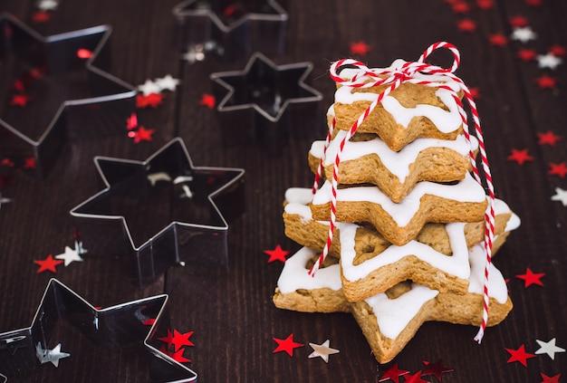 Het koekjesboom van kerstmis die met van de de snijderpeperkoek van het sterkoekje nieuwe het jaarmaasrty wordt gemaakt Gratis Foto