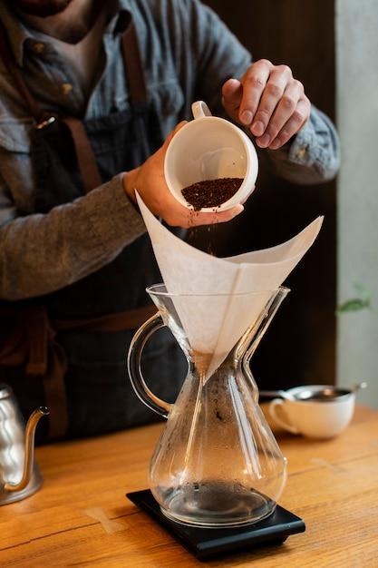 Het koffieproces van de close-up in koffiewinkel Gratis Foto