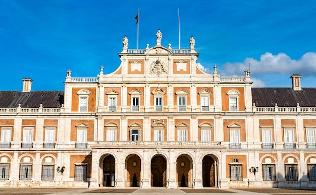Het koninklijk paleis van aranjuez, een voormalige spaanse koninklijke residentie Premium Foto
