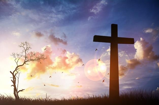 Het kruis met zonsondergang op de hemelachtergrond. maak een mentaal beeld ..ps .. Premium Foto