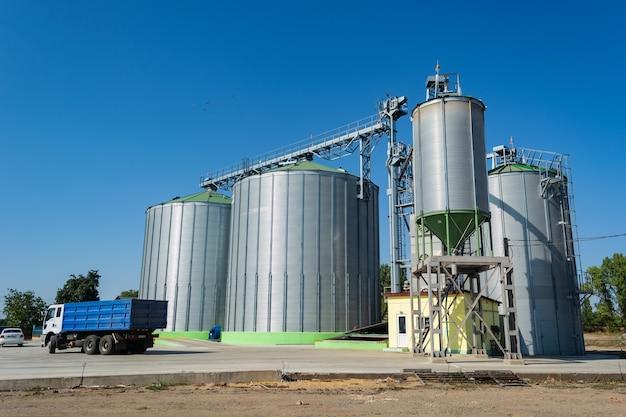 Het laden van graan door vrachtwagens op de lift in metalen containers. Premium Foto