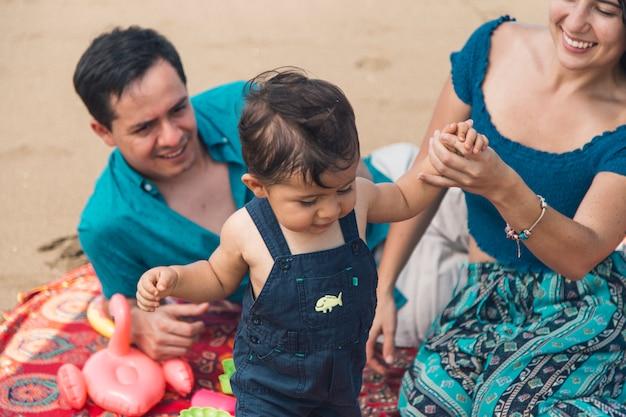 Het leren van de peuter om met moedershulp te lopen Gratis Foto