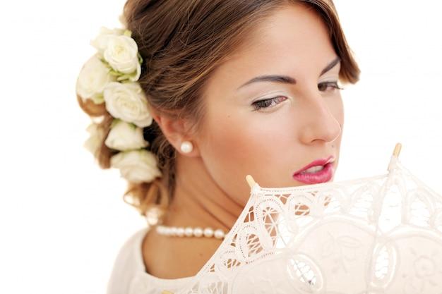 Het leuke en jonge meisje treft voor huwelijk voorbereidingen Gratis Foto