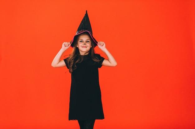 Het leuke meisje kleedde zich in halloween-kostuum in studio Gratis Foto