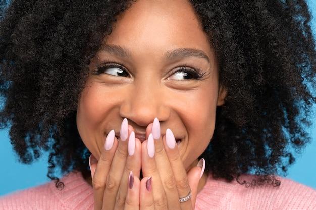 Het leuke positieve gemengde rasvrouwtje glimlachen Premium Foto