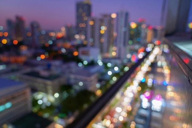 Het licht bokeh van autolicht op zwarte achtergrond, avondverkeer in de stad steekt motieonduidelijk beeld aan. Premium Foto
