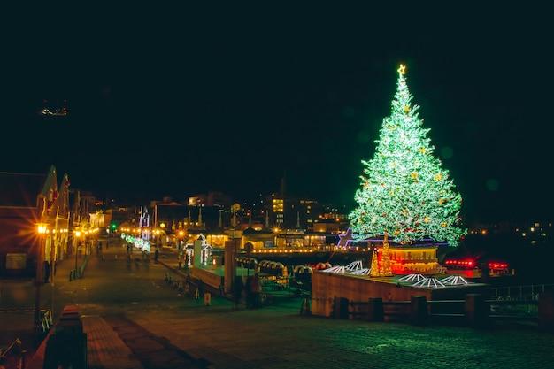 Het licht van de kerstboomnacht en verlichting bij het rode baksteenpakhuis van kanemori, hakodate hokkaido japan Premium Foto