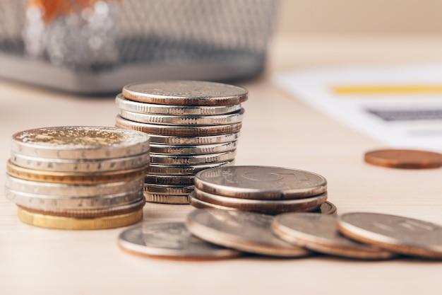 Het macroschot van onherkenbare muntstukken stapelde dicht omhoog op Premium Foto