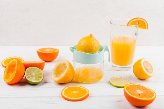 Het maken van citroensap met handmatige juicer Gratis Foto