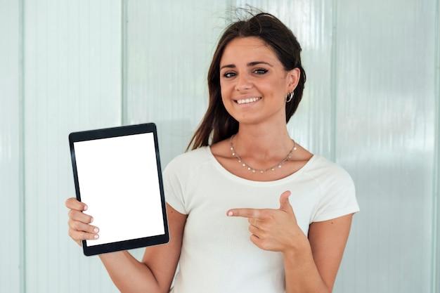 Het meisje dat van close-upsmiley tablet toont Gratis Foto