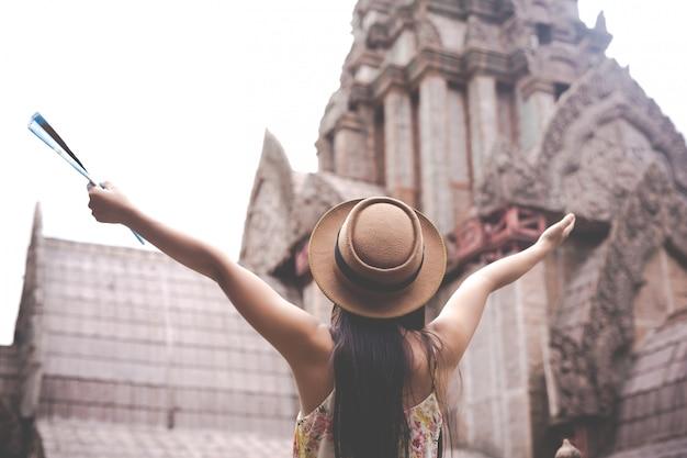 Het meisje houdt een toeristenkaart in de oude stad. Gratis Foto
