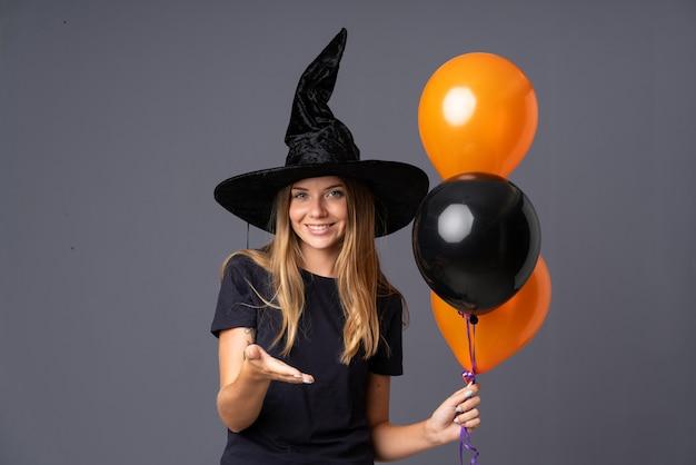 Het meisje kleedde zich als heks voor halloween dat een overeenkomst maakt Premium Foto