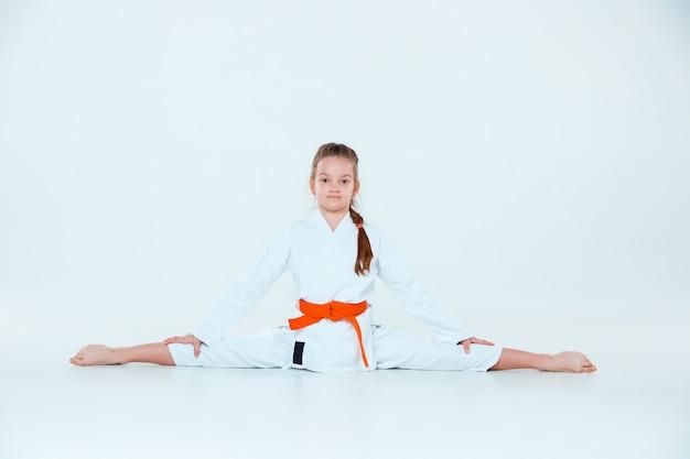 Het meisje poseren op aikido training in martial arts school. gezonde levensstijl en sport concept Gratis Foto