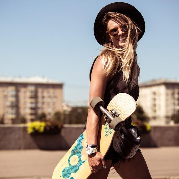 Het meisje schaatst op skateboard Gratis Foto