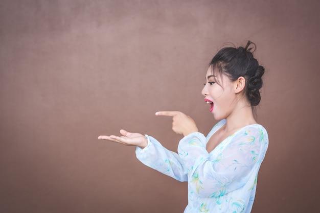 Het meisje toont handgebaren en gezichtsemoties. Gratis Foto