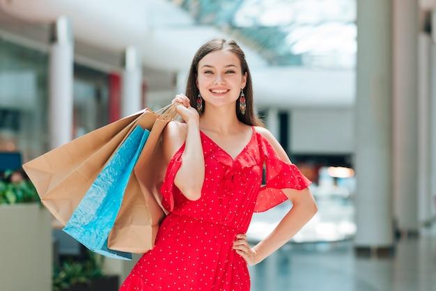 Het meisje van de manier het stellen bij winkelcentrum Gratis Foto