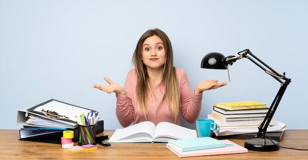 Het meisje van de tienerstudent in haar ruimte die twijfels hebben met verwart gezichtsuitdrukking Premium Foto