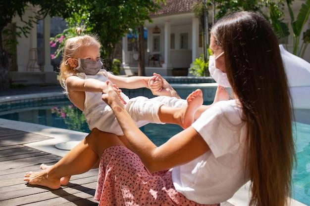 Het meisje zet een masker op voor mamma. hoge kwaliteit foto Gratis Foto