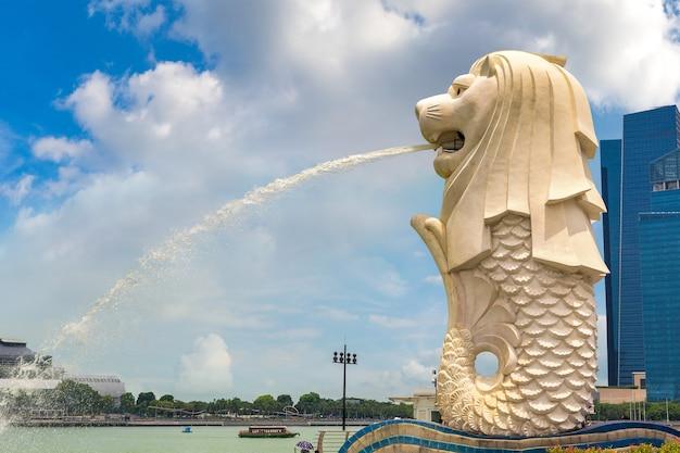 Het merlion-fonteinstandbeeld - symbool van singapore Premium Foto