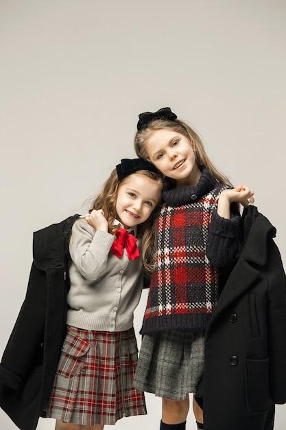 Het mode-portret van jonge mooie tienermeisjes Gratis Foto