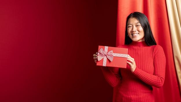 Het modelvakje van de holdingsgift voor chinees nieuw jaar met exemplaarruimte Gratis Foto