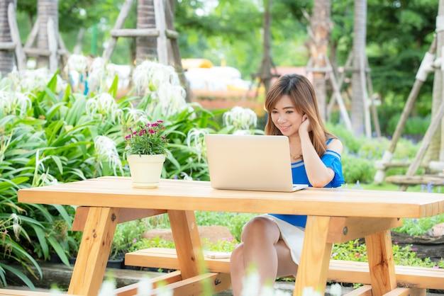 Het mooie aziatische meisje viert met laptop, gelukkig succes stelt. e-commerce, universitair onderwijs, internettechnologie of startup small business concept. Premium Foto