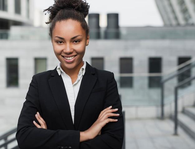 Het mooie bedrijfsvrouw glimlachen Gratis Foto