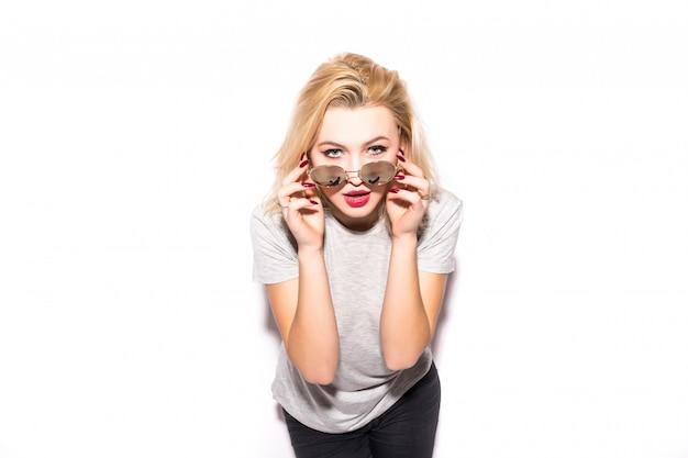 Het mooie blonde meisje houdt schitterende zonnebril op haar gezicht Gratis Foto