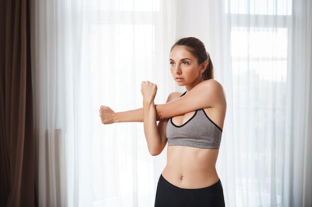 Het mooie fitness meisje maakt sportoefeningen Gratis Foto