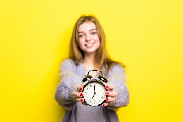 Het mooie geïsoleerdee meisje van de studententiener met wekker Gratis Foto
