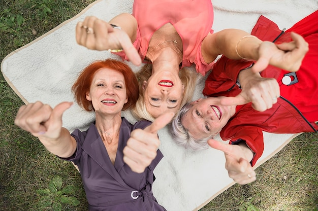 Het mooie hogere vrouwen glimlachen Gratis Foto