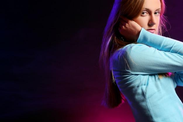 Het mooie jonge meisje luistert muziek Gratis Foto