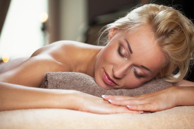 Het mooie jonge vrouw ontspannen in een kuuroord Gratis Foto