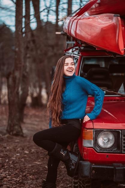 Het mooie jonge vrouw openlucht stellen Gratis Foto