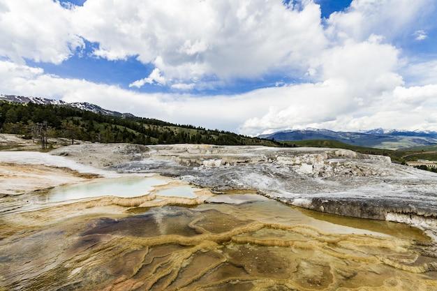 Het mooie landschap van de lentes van het yellowstone national park in de verenigde staten Gratis Foto