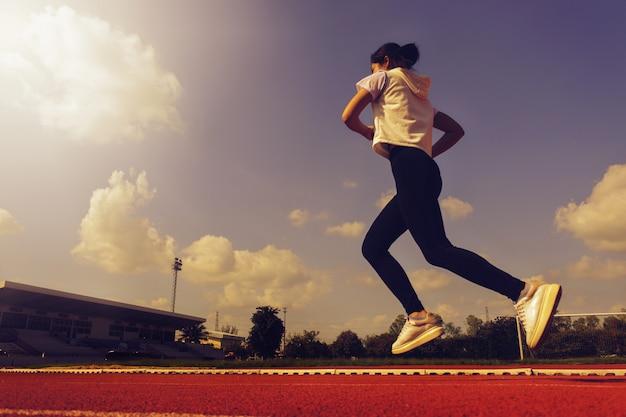 Het mooie meisje loopt voor gezondheid. veel plezier Premium Foto