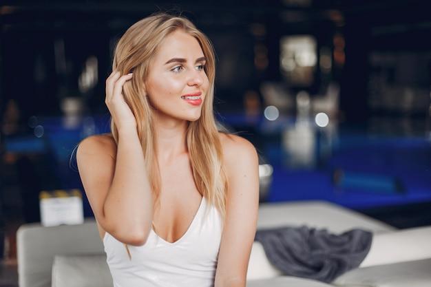 Het mooie meisje ontspannen in een kuuroordsalon Gratis Foto
