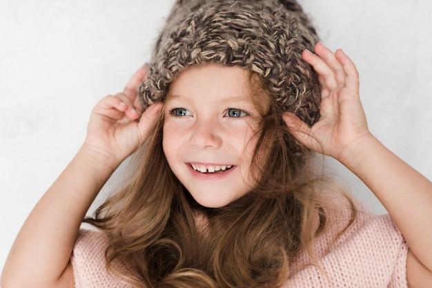 Het mooie meisje van de close-up met de winterhoed Gratis Foto