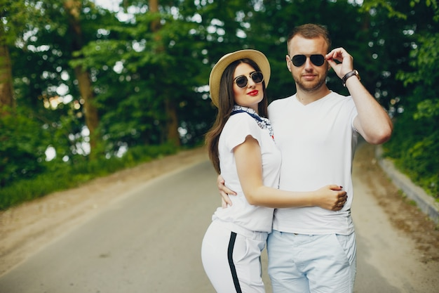 Het mooie paar brengt tijd door in een de zomerpark Gratis Foto