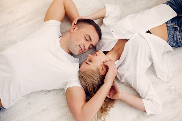 Het mooie paar brengt tijd in de slaapkamer door Gratis Foto