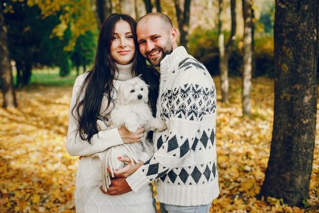 Het mooie paar brengt tijd in een de herfstpark door Gratis Foto