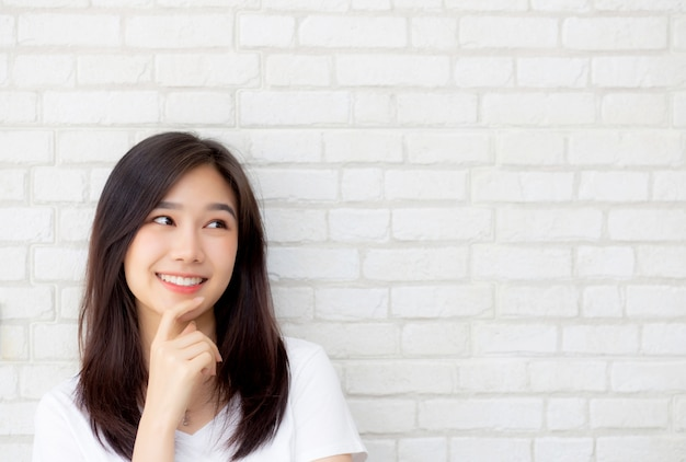 Het mooie portret aziatische vrouw zeker denken Premium Foto