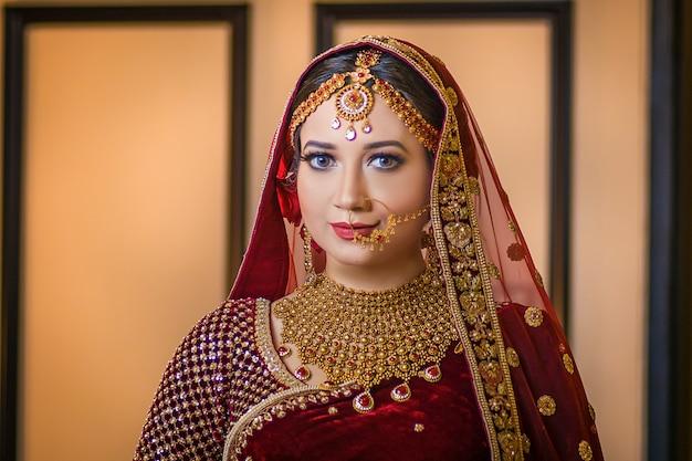 Het mooie stijl van het meisjes stellende portret asin huwelijk Premium Foto