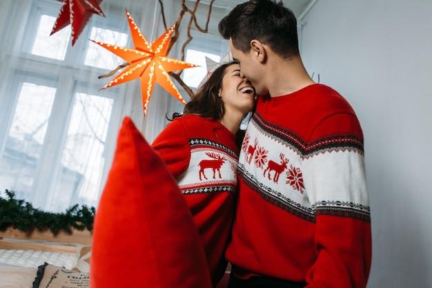Het mooie verliefde paar dat betrokken is bij kussengevechten Gratis Foto