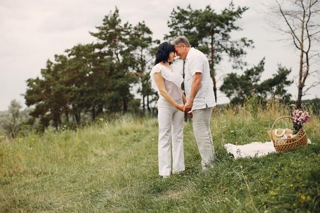 Het mooie volwassen paar brengt tijd op een de zomergebied door Gratis Foto