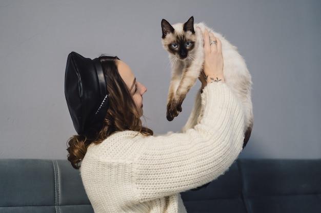 Het mooie vrouw spelen met siamese kat Gratis Foto