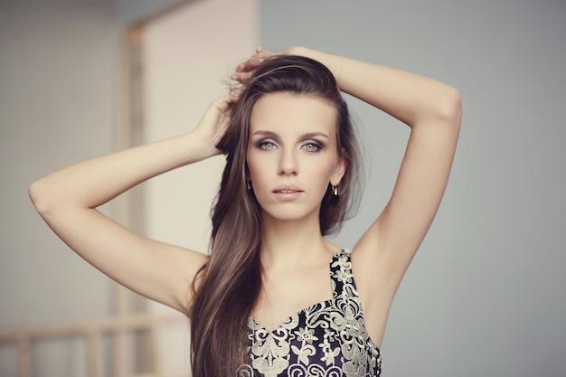Het mooie vrouw stellen, manierconcept Gratis Foto