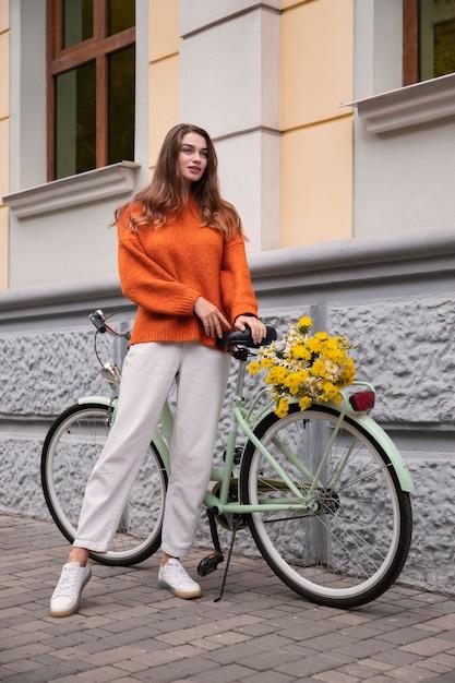 Het mooie vrouw stellen met fiets in openlucht Gratis Foto